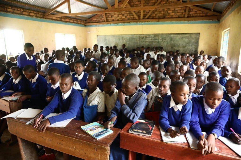 Kinder sitzen in einem überfülltem Klassenzimmer an der Ntungamo Primary School