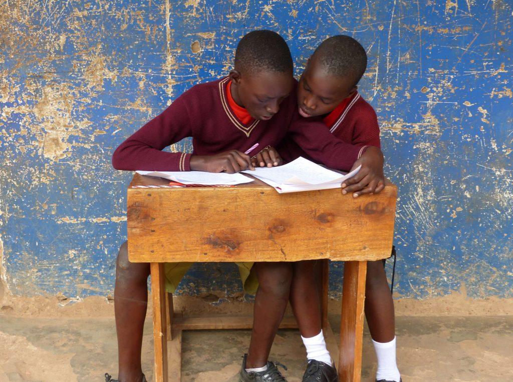 Jungen in Tansania lernen