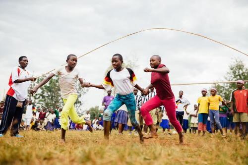 Kinder in Tansania beim Springseil Springen
