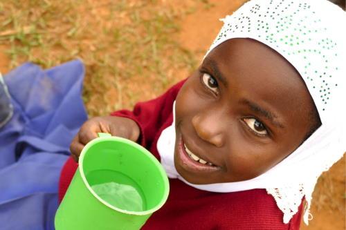 Mädchen mit einem Becher Wasser